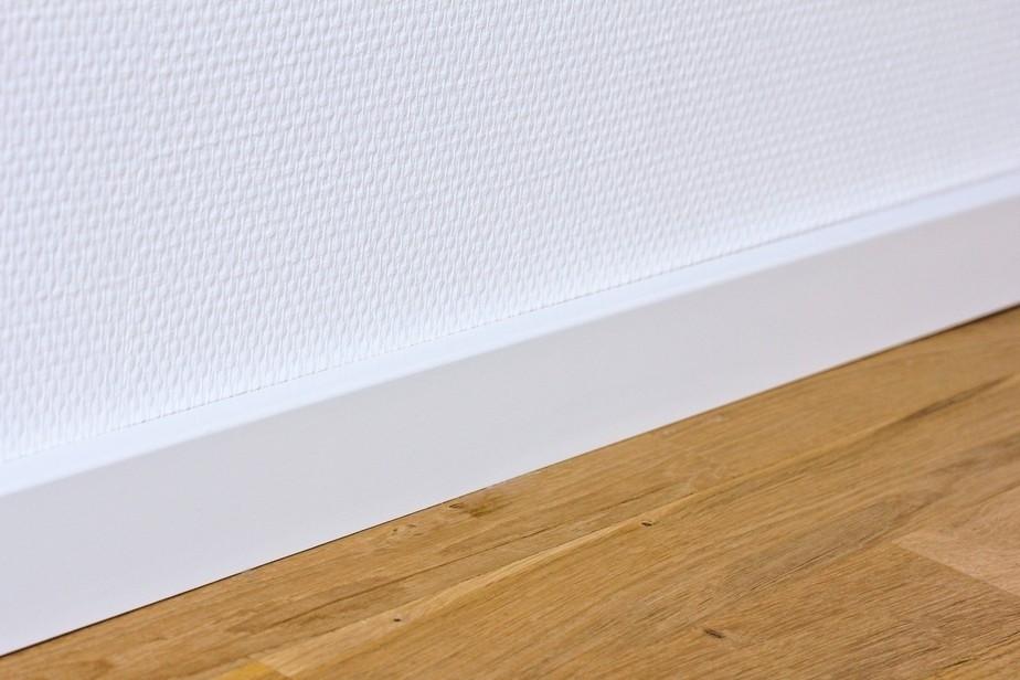 Wandansicht von Sockelleiste 16 x 58 x 2400 mm Massivholz weiß lackiert kubisch R3 Clip-Nut Milieu