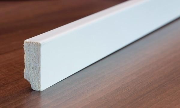 Weiße Sockelleiste (Modell S62) - Interio