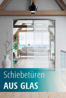 Moderne Glasschiebetür im Dachstuhl