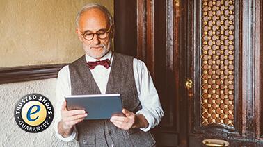 Herr mit Tablet beim Online-Einkauf