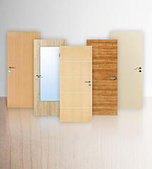 Fünf freigestellte, Innentüren mit CPL-Oberfläche vor einer Wand