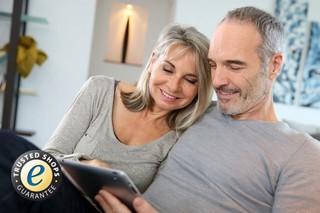 Ehepaar mit Tablet