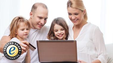 Junge Familie mit Laptop