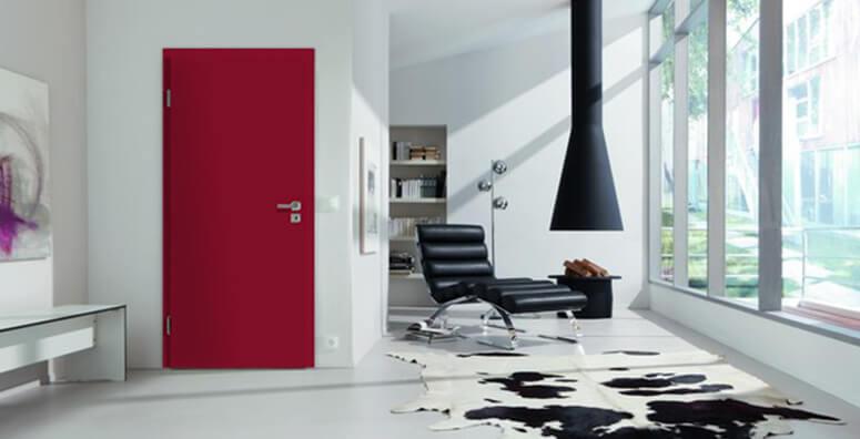 Wohnzimmer mit lackierter, roten Innentür in RAL 3003 von Westag & Getalit