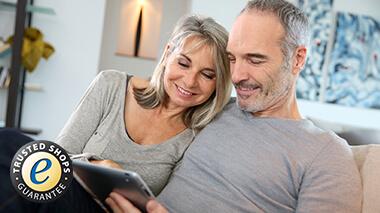 Ehepaar mit Laptop auf der Couch