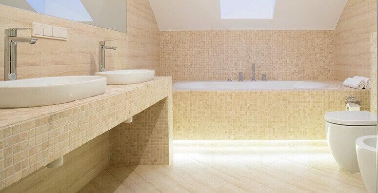 Gefliestes Badezimmer mit Mosaikfliesen