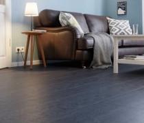 dunkler Vinylboden in Steinoptik im Wohnzimmer mit Couch